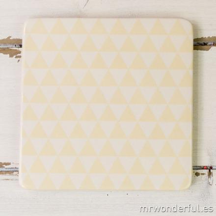 mrwonderful_21100138_1_salvamanteles-ceramica-triangulos-blancos-amarillos-26
