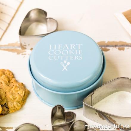 mrwonderful_690951_cajita-metal-azul-5-cortadores-corazon-18