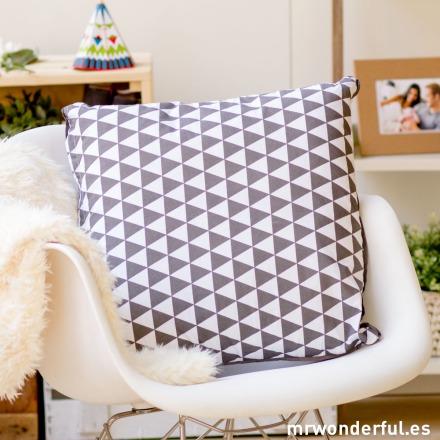 mrwonderful_pt2211_cojin-blanco-gris-estampado-triangulos-23