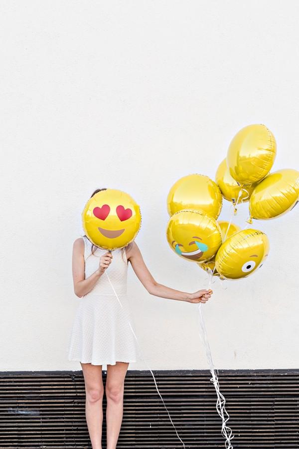 DIY-Emoji-Balloons-600x900