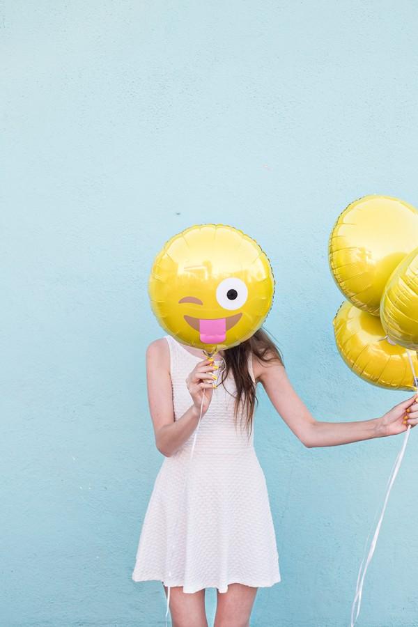 DIY-Emoji-Balloons2-600x900